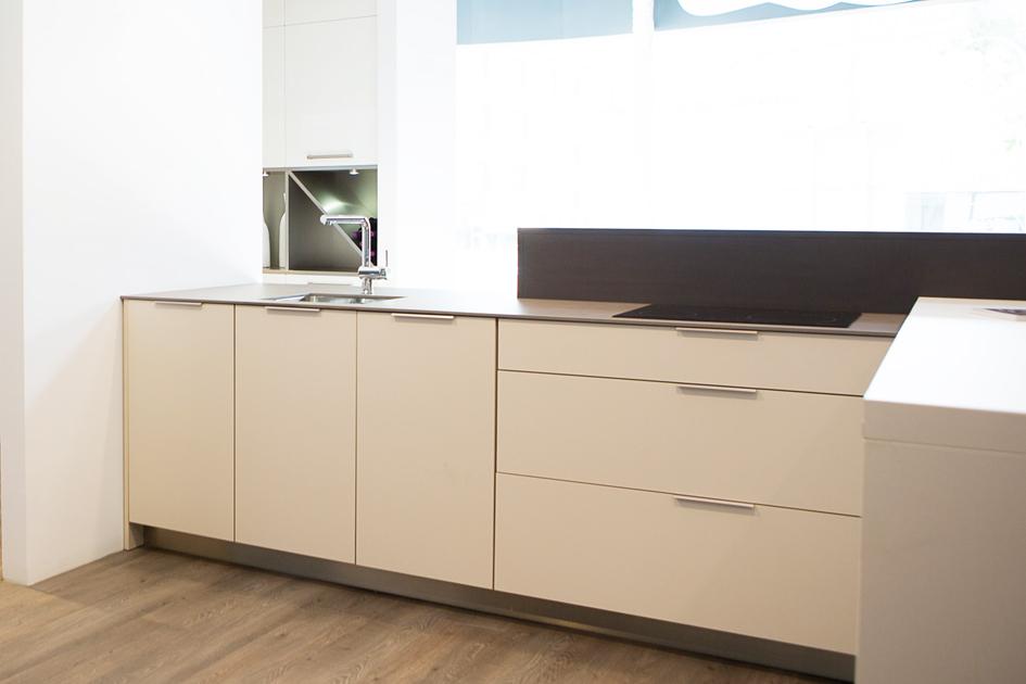 Curve el tirador perfecto para cocinas minimal curve - Tiradores para muebles de cocina ...