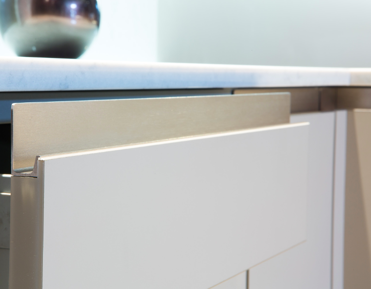 Jey integrated handle for kitchens. Tirador integrado para cocinas.