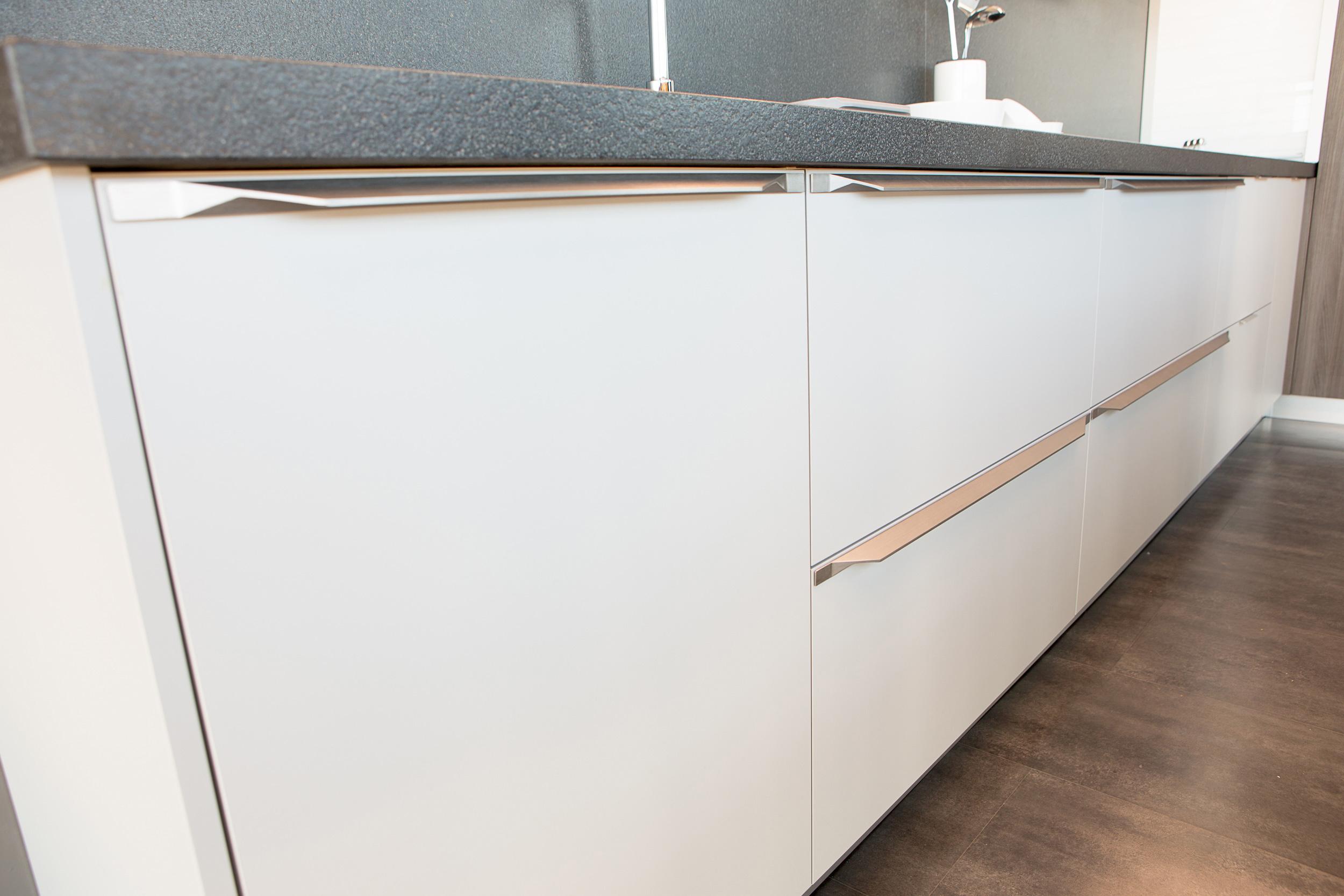 Tamm aluminum kitchen handle by Viefe. Tirador de cocina de aluminio.