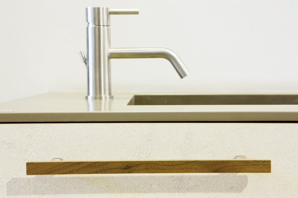 Wooden handle for kitchens and bedrooms by Viefe. Tirador de madera para cocinas y dormitorios de Viefe.