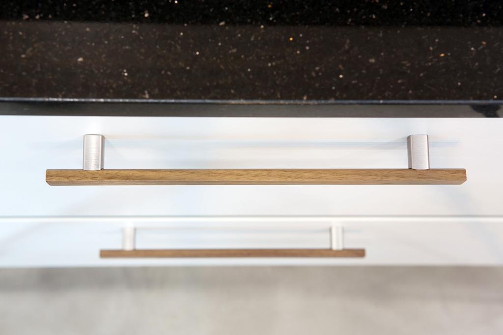 Wooden handle for kitchens and bedrooms by Viefe. Tirador de madera para cocinas y dormitorios de Viefe.